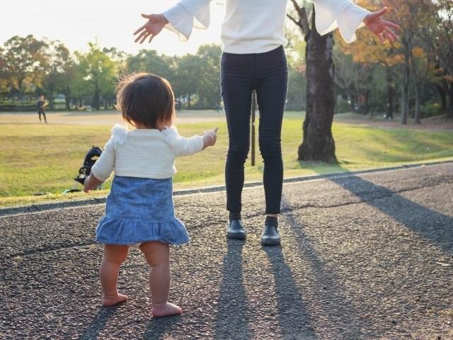 ママと赤ちゃんで歩く練習