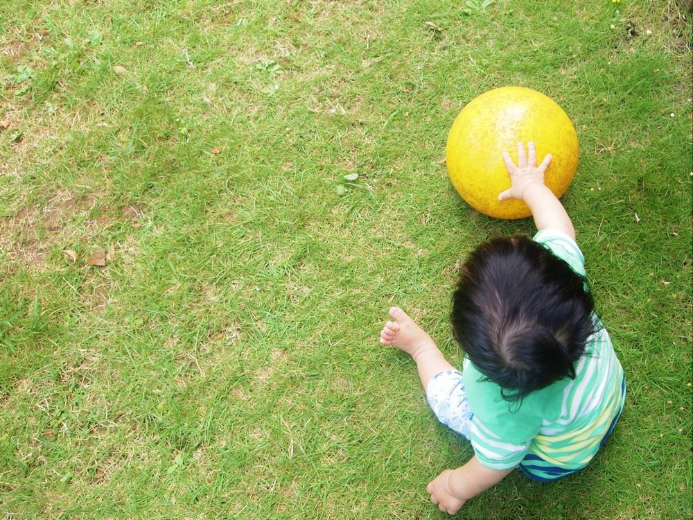赤ちゃんのボール遊び