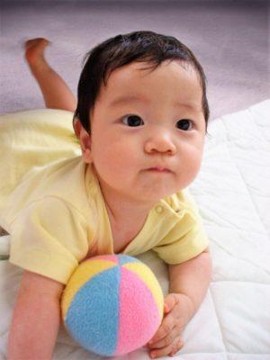 ボールで遊ぶ赤ちゃんの様子