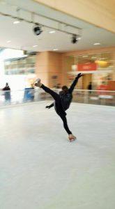 フィギュアスケート選手の演技を見ている様子