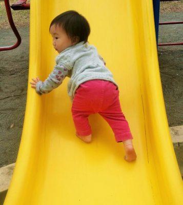 すべり台で足腰を鍛える赤ちゃん