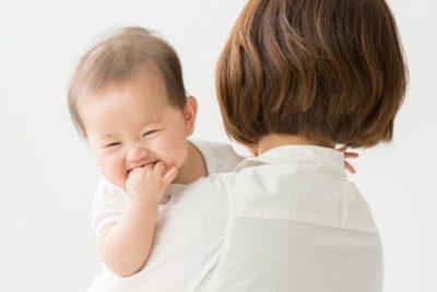 お母さんの抱っこで笑顔の赤ちゃん