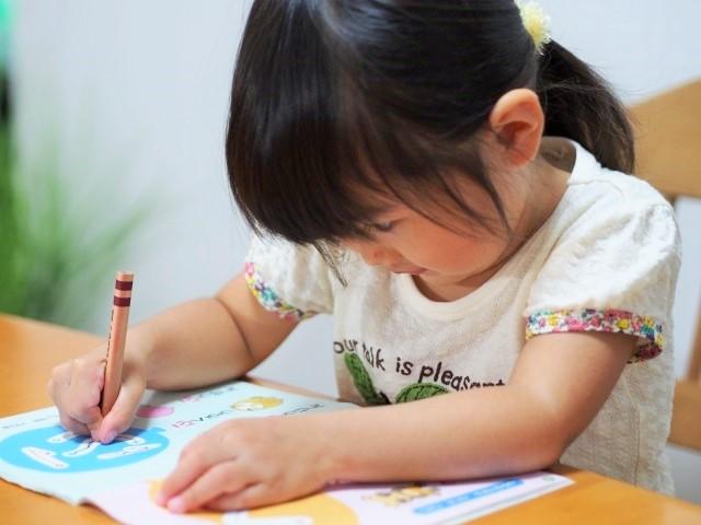鉛筆を持って勉強する子ども
