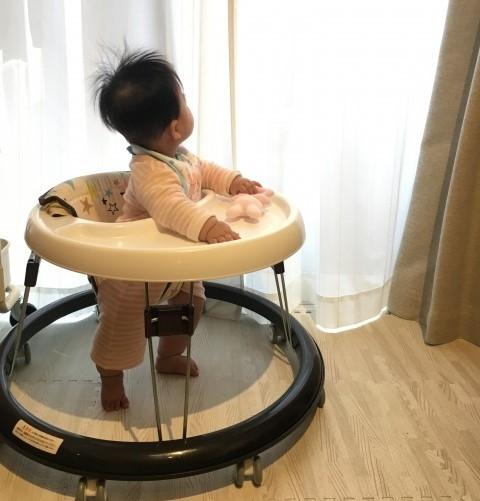 歩行器に乗っている赤ちゃん