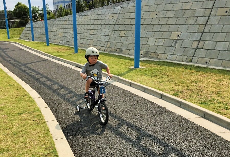 補助輪付きの自転車
