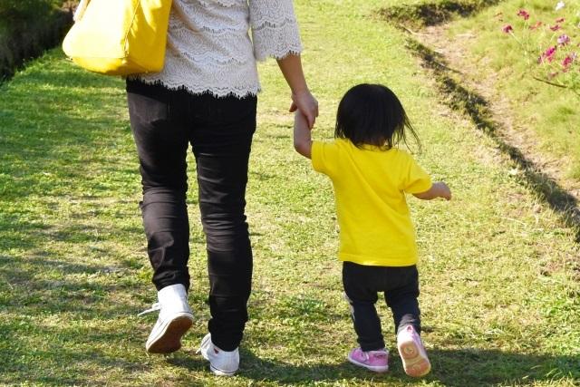 よちよち歩きの赤ちゃんと母親