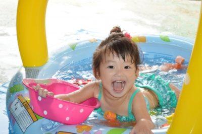 ビニールプールで水遊び