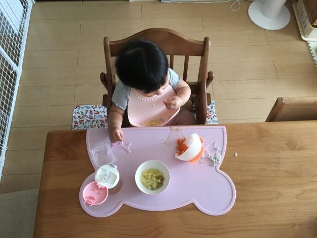 つかみ食べをする赤ちゃん