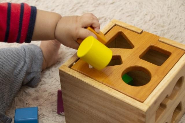 知育玩具であそぶ赤ちゃん
