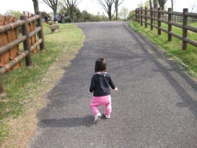 よちよち歩く赤ちゃん